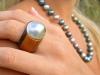 bague mabe bois exotique et collier de perles
